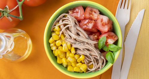 Linsenaufschnitt, Mais, Tomaten und Basilikum