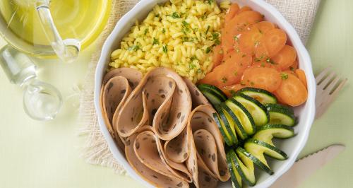 Linsenaufschnitt mit Reis und Kurkuma, Babykarotten und Zucchini