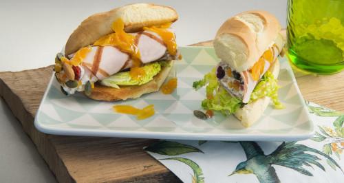 Hot-dog de dinde farcie et roulée avec fruits secs et ketchup à l'abricot