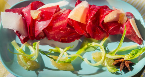 Carpaccio de bresaola, confiture de citron, pousses de chicorée sauvage et pecorino affiné
