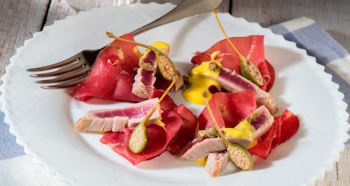 Tonno, bresaola, fiori di cappero e zabaione al Vermouth