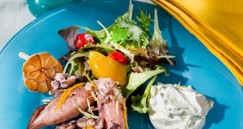 Calamaretti ripieni di patate all'aglio e agrumi, pancetta a cubetti e salsa greca
