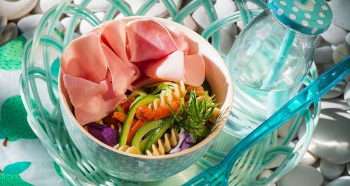 Salade de pâtes complètes, jambon cuit, saumon fumé et courgettes trompettes