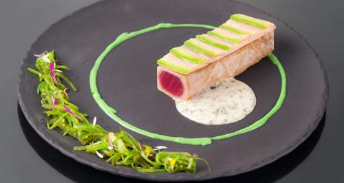 Tataki di tonno e avocado e crema di riso venere all'alga nori