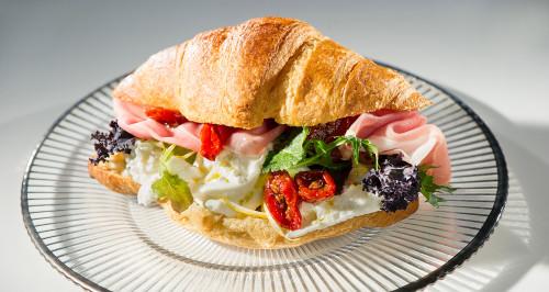 Croissant salato, crudo San Daniele, pomodorini infornati, stracciatella e scorza di limoni