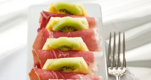 Crudo di Parma con ananas e kiwi