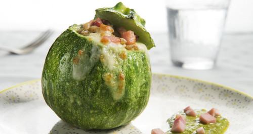 Runde Zucchini gefüllt mit Dinkelsalat mit Pesto und Würfeln vom gekochten Schinken
