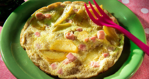 OMELETTE WITH POTATOES AND COOKED HAM CUBES