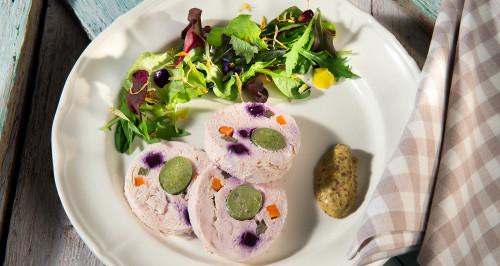 Polpettone di pollo, wurstel vegetale e verdure di stagione, maionese alla senape e misticanza