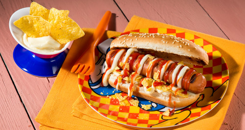 FRANKFURTER HOT DOG, CHEESE SAUCE AND TORTILLA CHIPS