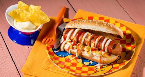 FRANKFURTER HOT DOG, CHEESE SAUCE AND TORTILLA CHIPS
