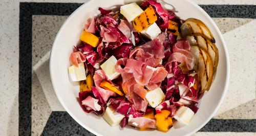Insalata con radicchio, zucca e pere grigliate, brie e crudo di Parma