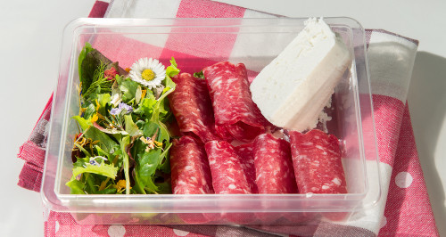 Pranzo leggero con salame light, ricotta magra e insalata