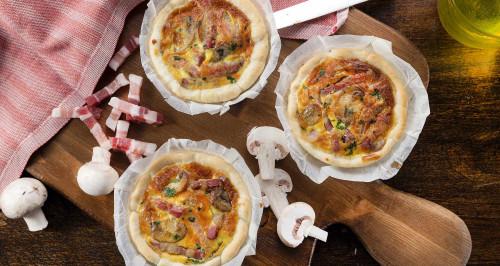 mini-quiche-con-champignon-formaggio-e-fiammiferi-di-pancetta-affumicata-low.jpg