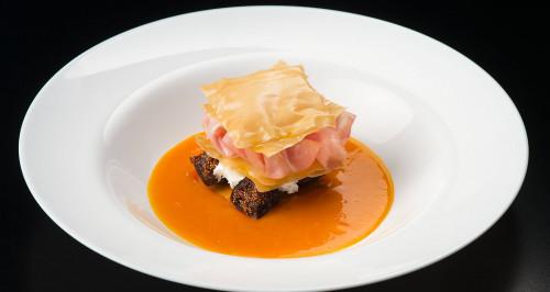 Lasagnetta croccante di pasta filo, mortadella, fichi al porto e salsa al sauternes e mango