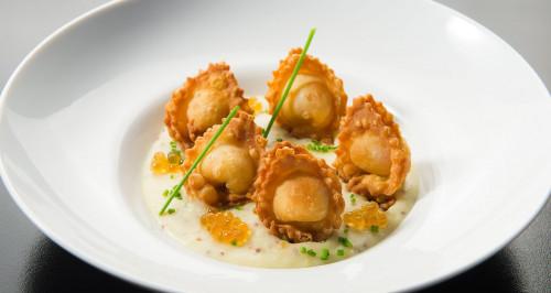 Frittierte Ravioli mit Mortadella-Füllung auf Senf-Honig-Kartoffelcreme und Sesamkaviar