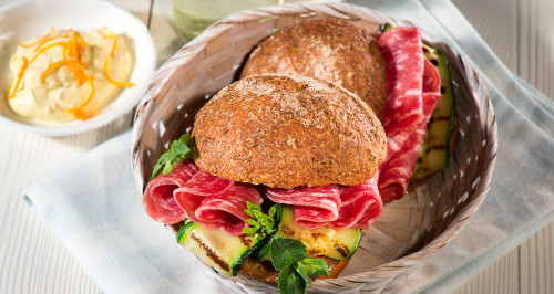 Pane ai 5 cereali, salame light, zucchine grigliate alla menta e basilico, maionese light all'arancia e yogurt