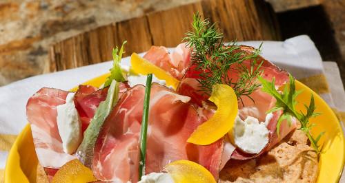 Galletta dell'Alto Adige di segale, Speck, yogurt e mela candita