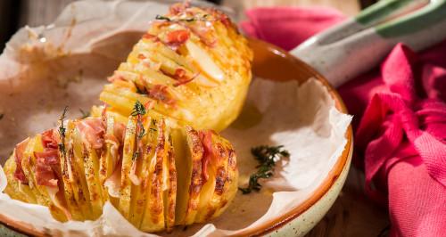 Patate Hasselback con speck, scamorza ed erbe aromatiche