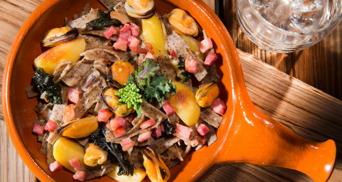 Pizzoccheri di grano saraceno, patate, cozze, pancetta affumicata a cubetti e cime di rapa.
