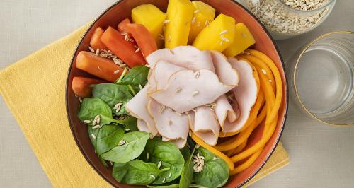 Hühnerbrust mit Babyspinat, feine Kürbisstreifen und exotische Früchte
