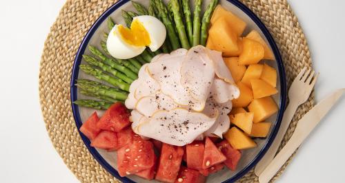Petto di pollo con uova, asparagi, melone e anguria