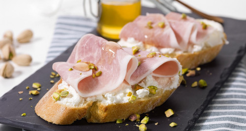 Cooked ham with caprino cheese, pistachios and honey