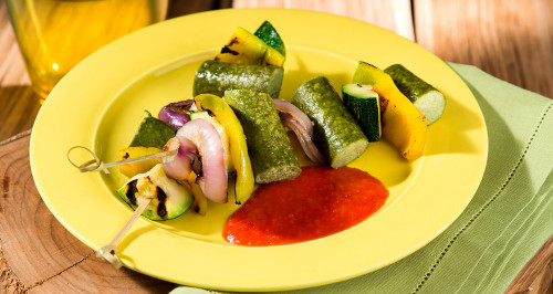 Spiedini vegetali con wuoi verdure e salsa piccante