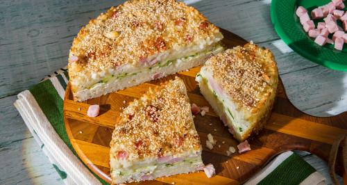 Torta salata di riso con cubetti di cotto, zucchine, mozzarella e sesamo