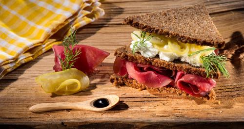 Pane nero di segale e anice, bresaola, robiola, confettura di limone e aceto balsamico