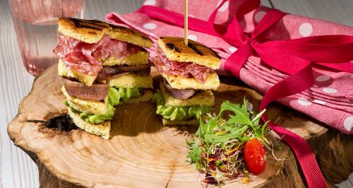 Pan Brioche tostato, burro di avocado, acciughe e salame milano (panettone gastronomico)