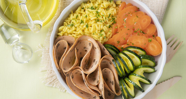 Affettato di lenticchie con riso alla curcuma, carotine e zucchine