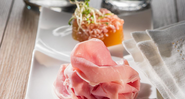 Antipasto all'italiana: insalata russa allo zafferano, prosciutto cotto e gelatina di carne