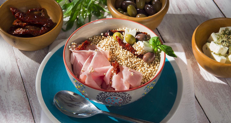 Insalata di quinoa, feta greca, pomodoro secco, olive, origano e basilico