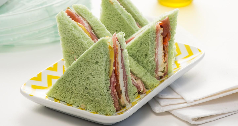 Tramezzino di pane verde agli spinaci, mozzarella di Bufala, pomodorini infornati, limone candito e capperi