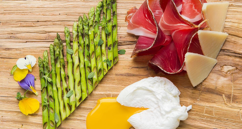 Asparagi grigliati alla maggiorana, uovo in camicia, speck e scaglie di parmigiano