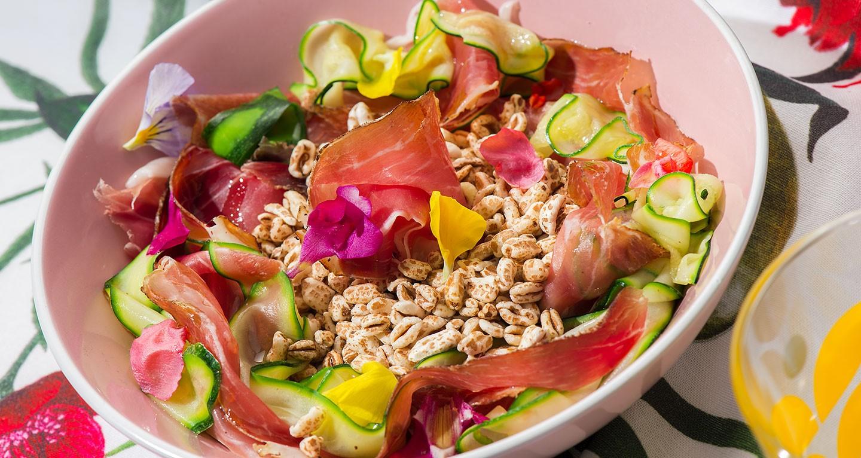 Salade d'épeautre soufflé avec pétales de courgettes, speck et fleurs des champs