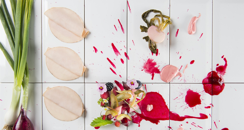 Carpaccio di tacchino arrosto con yogurt alla rapa rossa, insalata di rape rosse e cetrioli