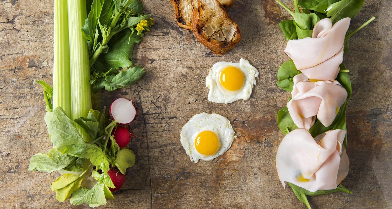 Spinacio novello, arrosto di tacchino, uovo di quaglia, olio affumicato e crostino di brioches