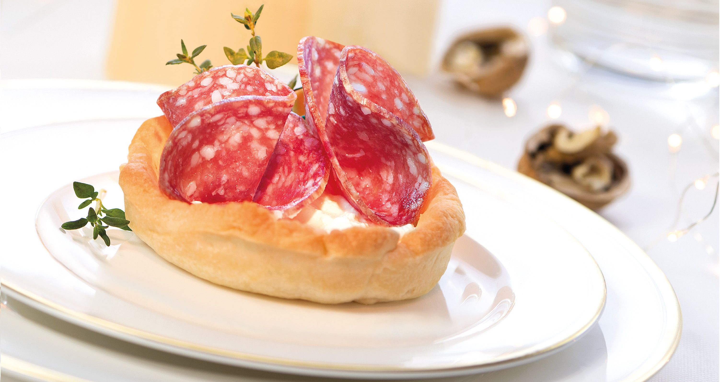 Tartellette con stracchino al timo e salame Milano