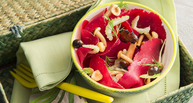 Insalata con funghi, sedano, nocciole e olio al tartufo