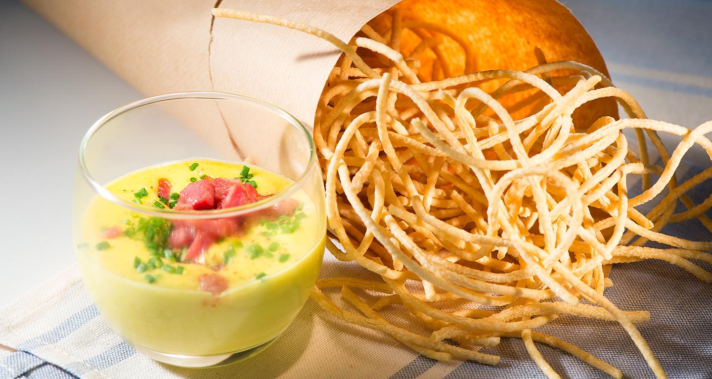 Carbonara soffiata: spaghetto fritto e croccante con salsa olandese al pecorino romano, pepe nero e pancetta affumicata croccante