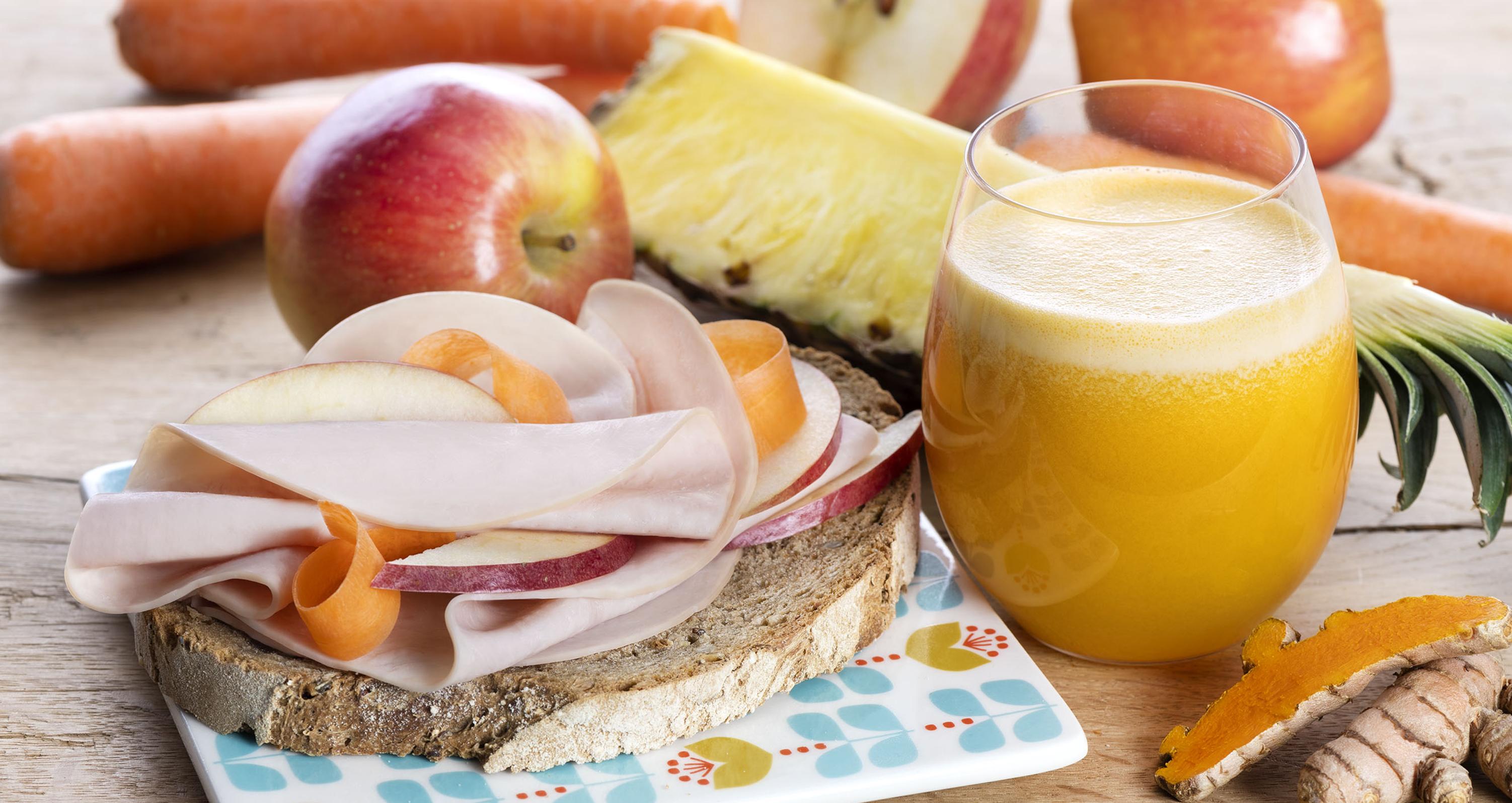 Centrifugato mela, carote, sedano, ananas, curcuma + crostone di pane integrale con petto di tacchino