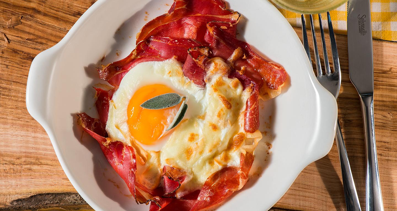 Cocotte con uova, formaggio e speck