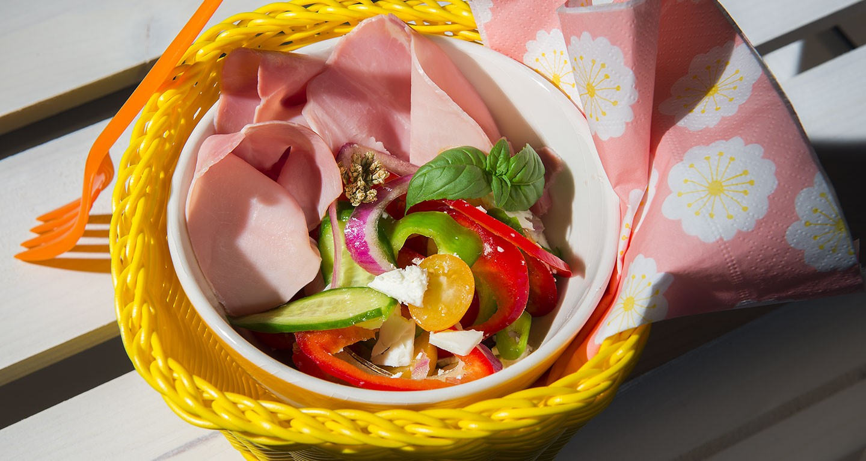 Salade de légumes, jambon cuit et primosale