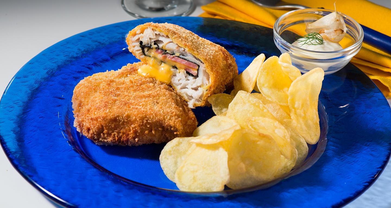 Cordon bleu di merluzzo carbonaro dell'Alaska, chips di patate con salsa aioli