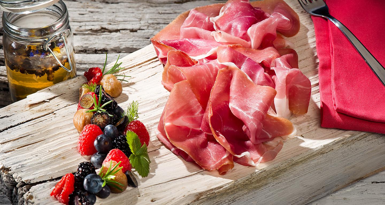 Prosciutto San Daniele, insalata di frutti di bosco e castagne al miele abbinati ad un infuso al ginepro