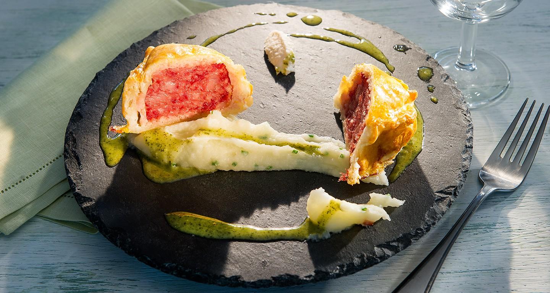 Wellington di cotechino, crema di patate e rafano e salsa verde