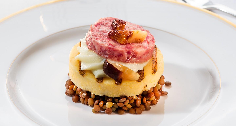 Crostone di polenta con cotechino, lenticchie e puré