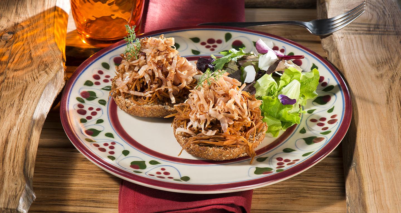 Tacchino croccante, crostone di pane nero e carote alla soya